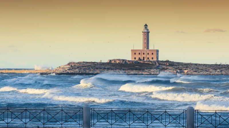 FAro Vieste con mare in tempesta