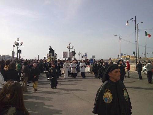 Processione sul ponte seicentesco - Foto di Gabriele Zompì